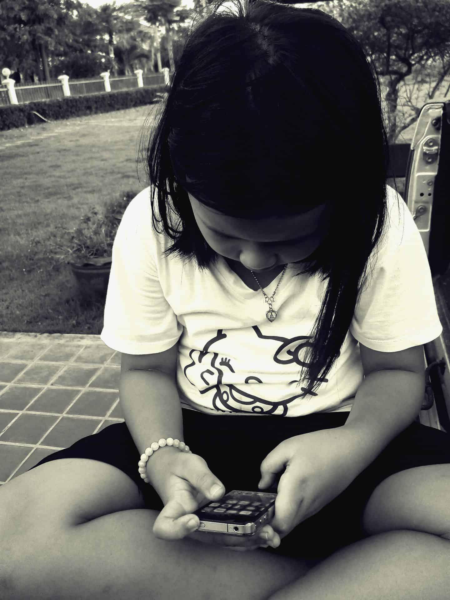 Foap-Children_with_Smartphone